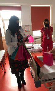 Omul frumos dăruiește cu folos! Estera Stămoiu, președinta OAMGMAMR Argeș - daruri pentru micuții internați la Spitalul de Pediatrie 7